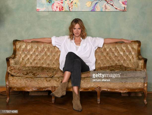 October 2019, Hamburg: Lisa Bitter, as the crime scene actress Johanna Stern, sits on a sofa at a photo shoot for the ARD crime show Tatort. The...