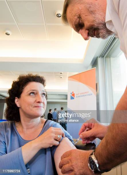 Carola Reimann Lower Saxony's Minister of Health has been vaccinated against influenza by enercity company physician Uwe Gerecke The ministry is...