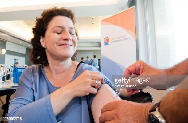 Carola Reimann Lower Saxony's Minister of Health has herself vaccinated against influenza The ministry is campaigning to get vaccinated against the...