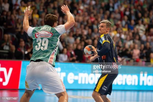 Handball Bundesliga TSV HannoverBurgdorf RheinNeckar Löwen 10th matchday in the TUIArena Andy Schmid of the RhineNeckar Lions plays against...