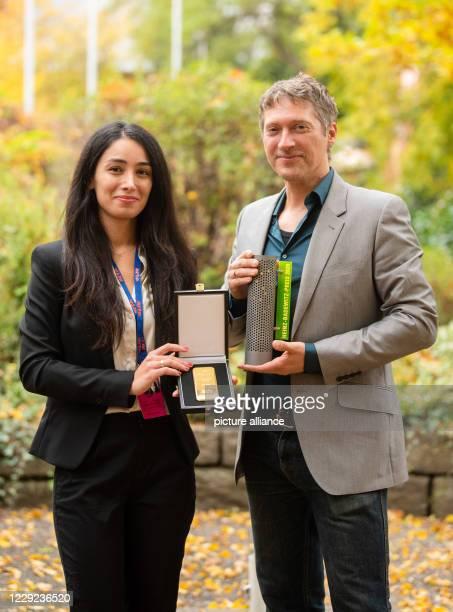 October 2020, Bavaria, Hof: The director Sevgi Hirschhäuser and her husband and cameraman Chris Hirschhäuser hold a 1kg gold bar and the Hofer gold...