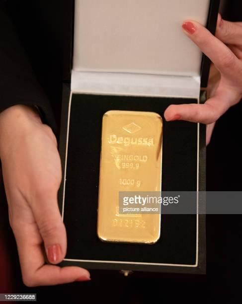 """October 2020, Bavaria, Hof: The director Sevgi Hirschhäuser holds a 1kg gold bar in her hands. Sevgi's debut film """"Tobrak"""" was awarded the Hofer Gold..."""