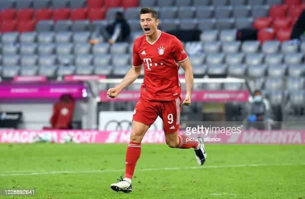 October 2020, Bavaria, Munich: Football: Bundesliga, Bayern Munich - Hertha BSC, 3rd matchday in the Allianz Arena. Munich's Robert Lewandowski...