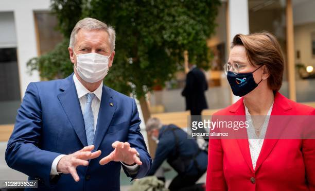 October 2020, Berlin: Christian Wulff , Chairman of the Board of Trustees of the Deutschlandstiftung Integration foundation, and Annette Widmann-Mauz...