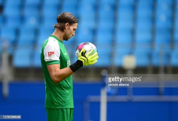 October 2020, Hamburg: Football 2nd Bundesliga, 5th matchday: Hamburger SV - Würzburger Kickers in the Volksparkstadion. Würzburg's goalkeeper Fabian...