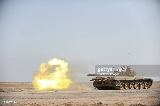 october 28, 2008 - an iraqi t-72 tank fires during a live fire training exercise, at the besmaya gunnery range, in besmaya, baghdad, iraq. - armored tank foto e immagini stock