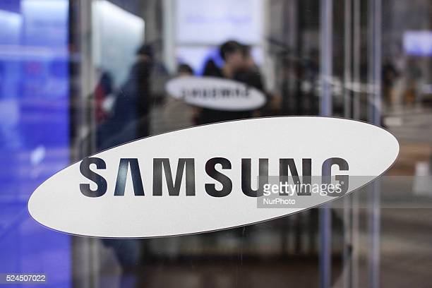 Photo taken on January 292015 shows the visitors experience Samsung electronics product at the Samsung Delight shop in Seoul Samsung Electronics Co...