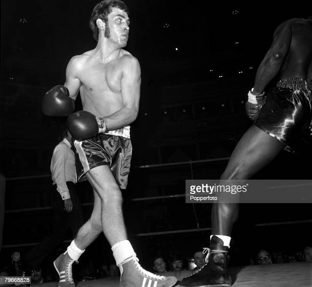 October 31st Sport Boxing Middleweight Alan Minter pictured on his professional debut v Maurice Thomas whom he beat as the Referee stopped the fight...