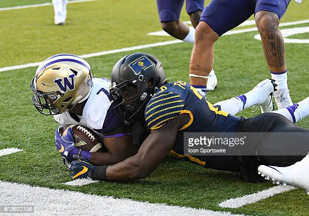 University of Washington LB Keishawn Bierria recovers a back fumbled by University of Oregon RB Royce Freeman during a PAC-12 Conference NCAA...