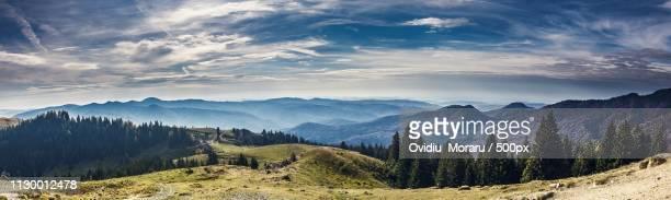 october mountain view - ancho fotografías e imágenes de stock