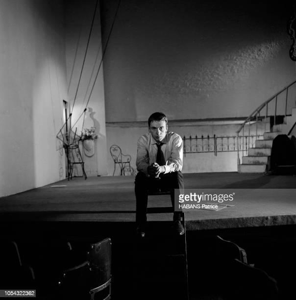 Octobre 1960 Rendezvous avec JeanLouis TRINTIGNANT répétant son texte au théâtre assis sur le devant de la scène les mains jointes
