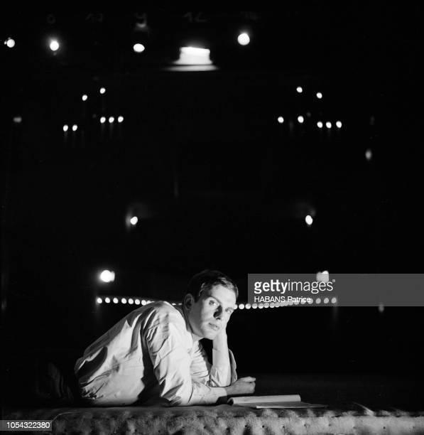 Octobre 1960 Rendezvous avec JeanLouis TRINTIGNANT répétant son texte au théâtre allongé sur le ventre sur la scène le texte de la pièce posé devant...