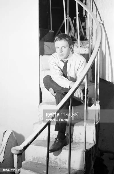 Octobre 1960 Rendezvous avec JeanLouis TRINTIGNANT répétant son texte au théâtre attitude de l'acteur sur scène jambes croisées assis dans un...
