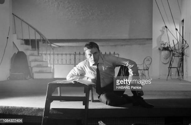 Octobre 1960 Rendezvous avec JeanLouis TRINTIGNANT répétant son texte au théâtre attitude de l'acteur assis sur la scène son texte posé devant lui