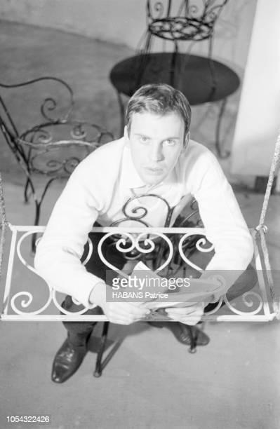 Octobre 1960 Rendezvous avec JeanLouis TRINTIGNANT répétant son texte au théâtre vue de dessus de l'acteur assis à califourchon sur une chaise sur la...