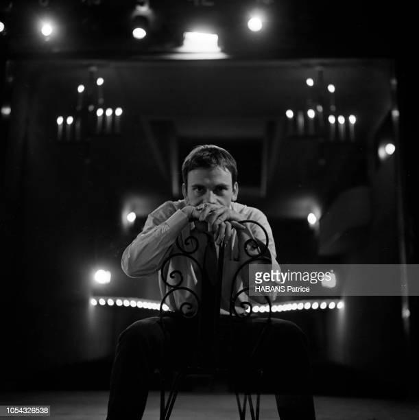 Octobre 1960 Rendezvous avec JeanLouis TRINTIGNANT répétant son texte au théâtre sur scène de face assis à califourchon sur une chaise une cigarette...