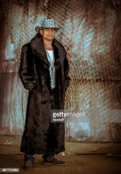 奇数男性出力 - 毛皮のコート ストックフォトと画像