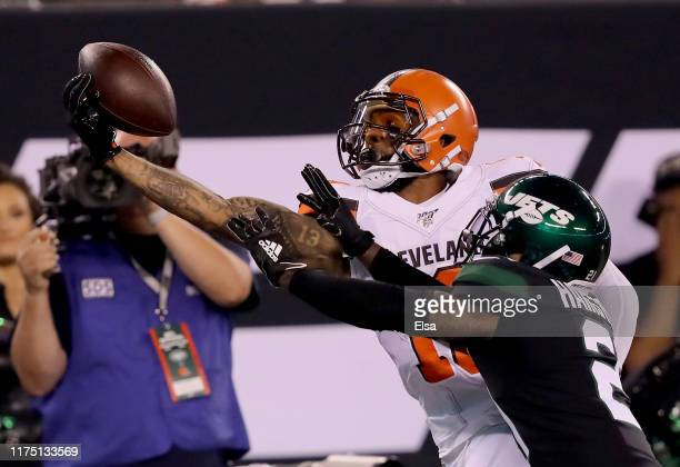 Odell Beckham Jr #13 of the Cleveland Browns makes a catch as Nate Hairston of the New York Jets defends in the first quarter at MetLife Stadium on...