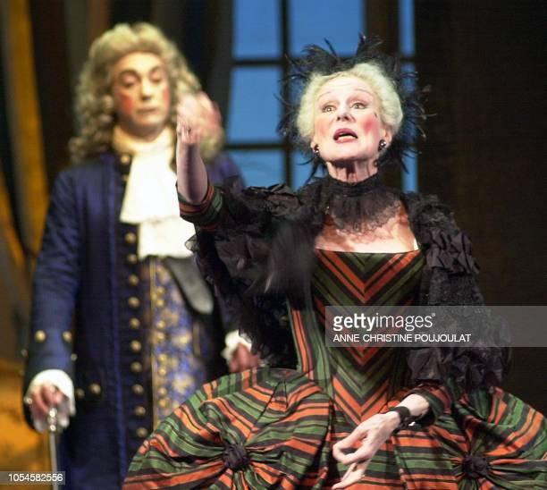 Odile Mallet dans le rôle de Madame Argante et Philippe Sejourné dans celui du Comte interprètent le 28 novembre 2000 'Les Fausses Confidences' de...