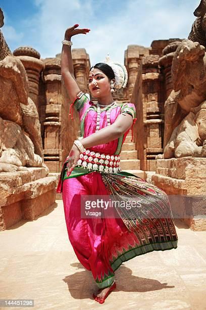 odissi dancer striking a pose - odisha - fotografias e filmes do acervo