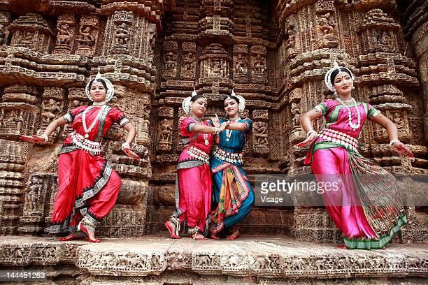 odissi dancers striking a pose - odisha - fotografias e filmes do acervo