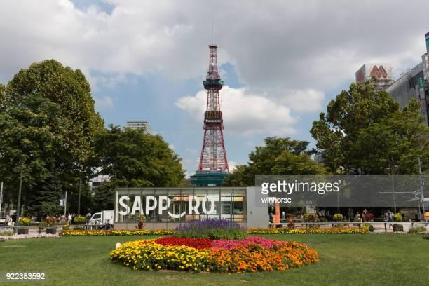 o parque odori e a torre de tv de sapporo, hokkaido, japão - sapporo - fotografias e filmes do acervo