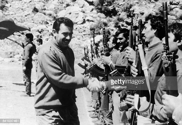 Oecalan Abdullah *Politiker TuerkeiVorsitzender der PKK 19782002 der Generalsekretär der Kurdischen Arbeiterpartei inspiziert seine bewaffneten...