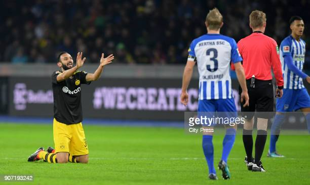 Oemer Toprak of Borussia Dortmund and referee Christian Dingert during the Bundesliga match between Hertha BSC and Borussia Dortmund at the...