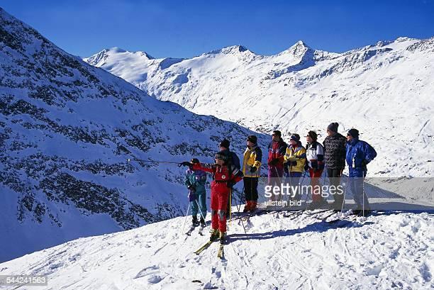 Oesterreich Tirol Obergurgl Gruppe von Skifahrern beim Hohe Mut Haeusl undatiert