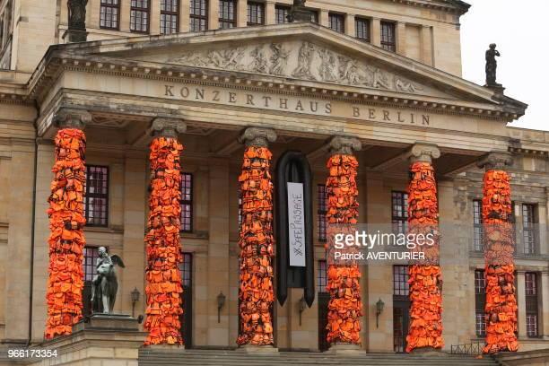 Oeuvre d'art par l'artiste chinois Ai Weiwei composée de gilets de sauvetage qui ont été portés par des réfugiés recouvrant les colonnes de la salle...