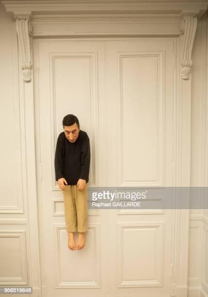 Oeuvre 'Sans titre 2000' accroché avec un sourire narquois à un portemanteau de Maurizio Cattelan lors de l'exposition 'Not Afraid of Love' le 3...