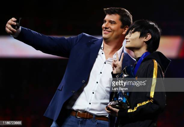 CEO of Riot Games Nicolo Laurent takes a selfie with Jungler TianLiang 'Tian' Gao of FunPlus Phoenix after presenting him with the 2019 OPPO MVP...