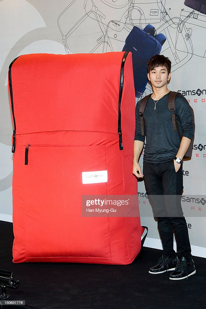 """Samsonite Red"" 2012 F/W Pop Up Art Exhibition"