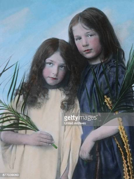 Of special charms are in this collection Oberammergau children and we are astonished at these many blond and dark curly head reminiscent of angels...