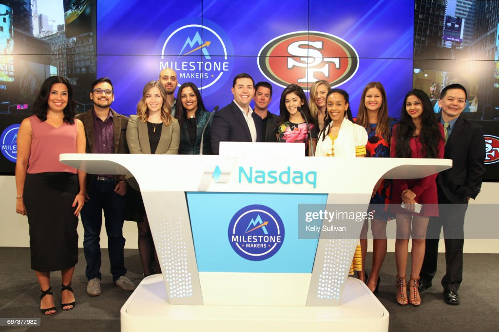 CEO of the San Francisco 49ers Jed York rings the Nasdaq Closing Bell from the Nasdaq Entrepreneurial Center in San Francisco, alongside the second graduating class of entrepreneurs from The Center's 12-week Milestone Makers program : Foto jornalística