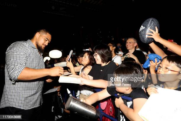 Ofa Tuungafasi of the All Blacks signs autographs for fans after arriving to their hotel on September 09, 2019 in Kashiwa, Chiba, Japan.