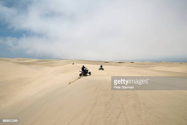 off road vehicles at pismo beach dunes.. - ピスモビーチ ストックフォトと画像