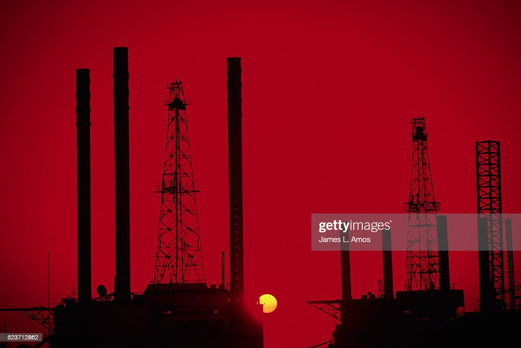Off Shore Oil Rig Silhouette Stock Photo - Getty Images