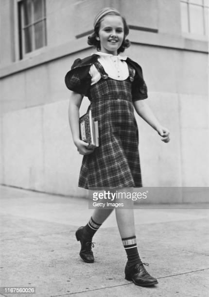 off to school - alleen één meisje stockfoto's en -beelden
