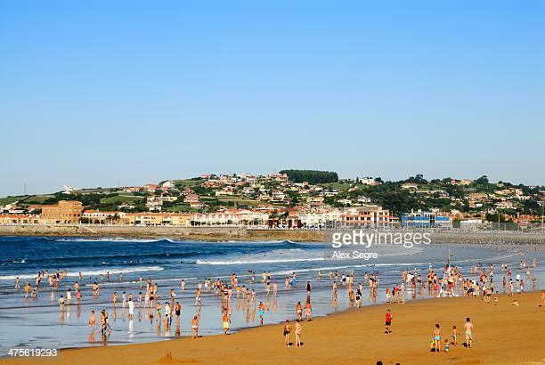 off to the beach - gijon fotografías e imágenes de stock