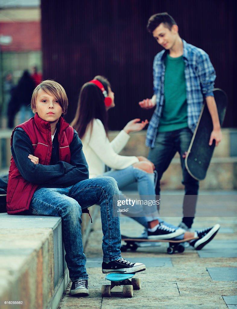 Offended niño y pareja de adolescentes de diferencia : Foto de stock