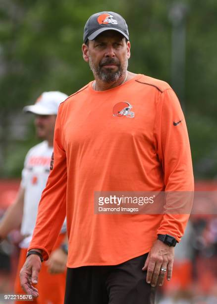 Offensive coordinator Todd Haley of the Cleveland Browns watches drills during an OTA practice on May 30 2018 at the Cleveland Browns training...
