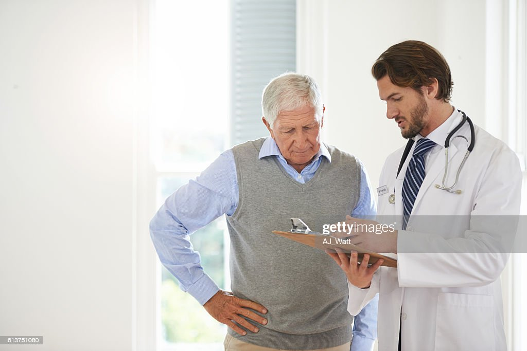 Offering his expert advice to his patient : Stock-Foto