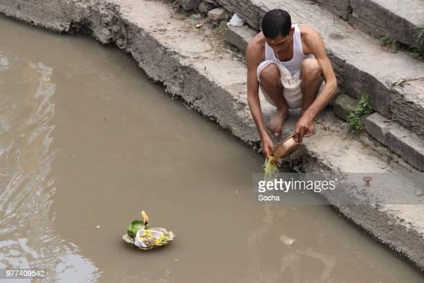 offering in nepali hindu ceremony ( puja ), pashupatinath, kathmandu - brahmin stock pictures, royalty-free photos & images