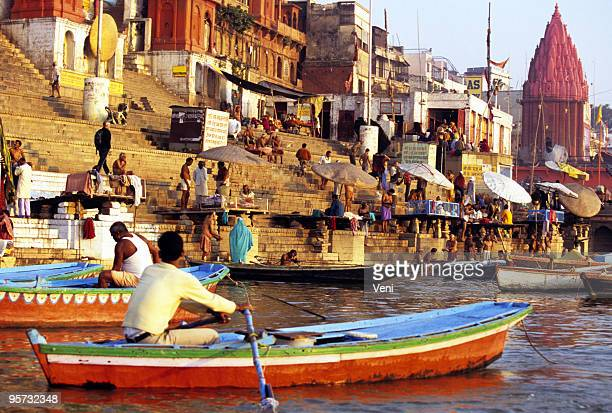 offering on the ganges, varanasi, india - religious celebration stock pictures, royalty-free photos & images