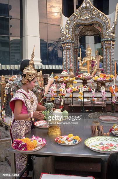 offerings at erawan shrine - エラワン聖堂 ストックフォトと画像