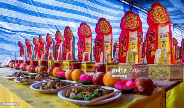 offerings for hungry ghost festival - hungry ghost festivals in malaysia foto e immagini stock