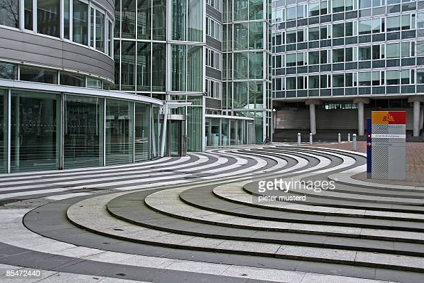 office block with curved pavement - la haya fotografías e imágenes de stock