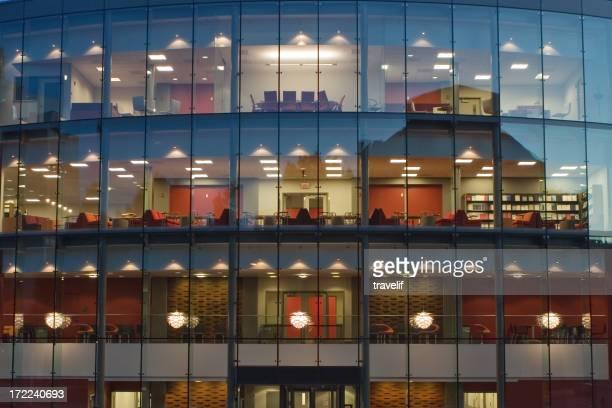 オフィスビル夜の水平