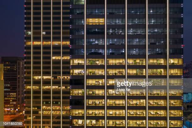 office building at night - wolkenkratzer stock-fotos und bilder